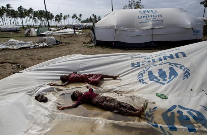 Des enfants Rohingya dans un camp de déplacés à Sittwe, après l'ordre d'évacuation donné en raison de l'arrivée du cyclone Mahasen, le 16 mai.