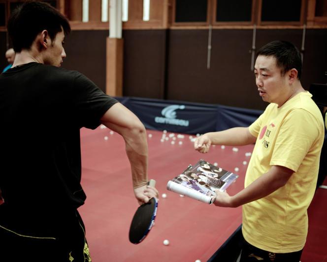 L'entraîneur Liu Guoliang, à droite,, donne des indications à Zhang Jike, champion du monde en simple en 2011.