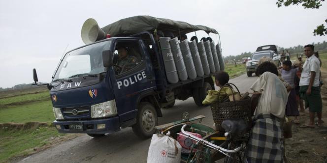 La police birmane appelle des Rohingyas à évacuer les lieux, le 16 mai à Sittwe.