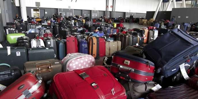 En grève depuis cinq jours, les bagagistes de Swissport protestent contre les horaires coupés qui leur sont imposés et un manque de personnel.