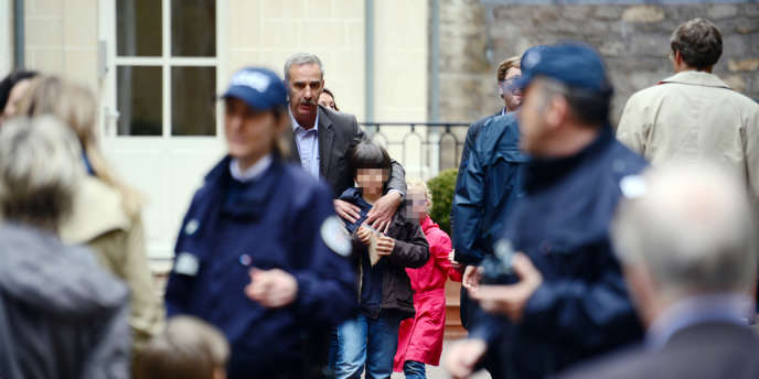 Devant l'école maternelle Saint-Pierre, située rue Cler, dans le VIIIe arrondissement de Paris.