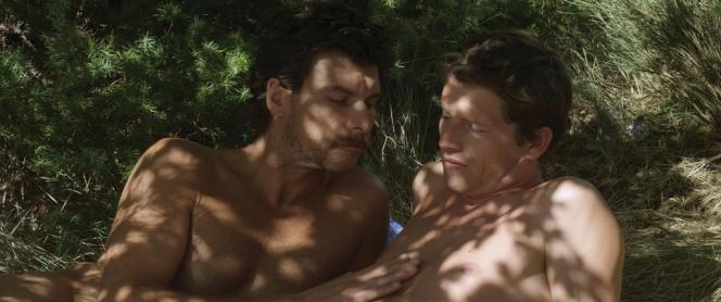 La routine commence doucement à se lézarder lorsque Franck (Pierre Deladonchamps) repère un beau moustachu, Michel (Christophe Paou), vers qui il est attiré.