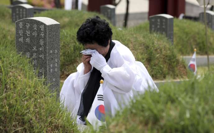 Une femme pleure un membre de sa famille, victime de la répression par le gouvernement sud-coréen du soulèvement de 1980.