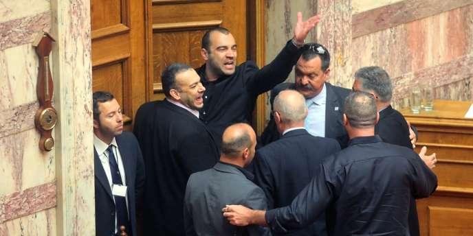 Panayiotis Iliopoulos, élu du parti néo-nazi grec Aube dorée, a crié le salut nazi  alors qu'il était exclu de l'hémicycle après avoir insulté Alexis Tsipras, leader de la coalition de gauche Syriza.