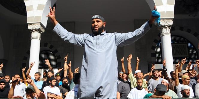 Des salafistes tunisiens organisent une manifestation devant la mosquée Al-Fateh de Tunis, le 17 septembre 2012.