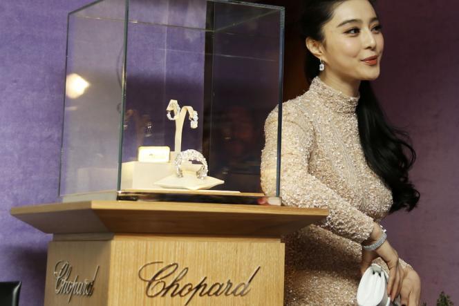 L'actrice Fan Bingbing pose devant des bijoux présentés par Chopard pendant le 66e Festival de Cannes, le 17 mai 2013.