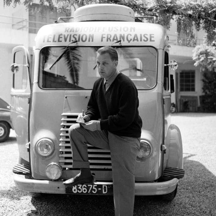 François Chalais devant le camion de l'ORTF.