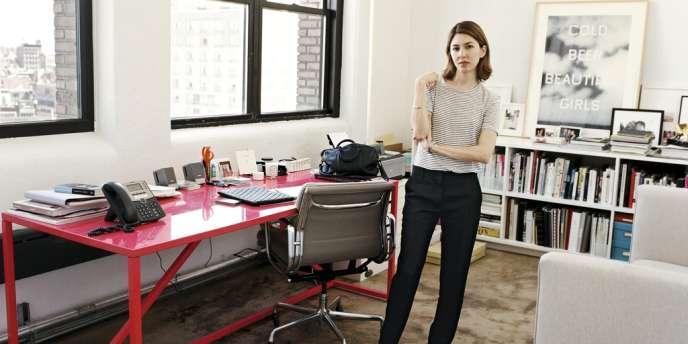 La réalisatrice dans son bureau new-yorkais, devant une œuvre de l'artiste Edward Ruscha utilisée dans le film