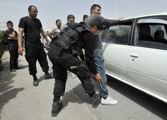 Contrôle policier sur la route de Kairouan, samedi.
