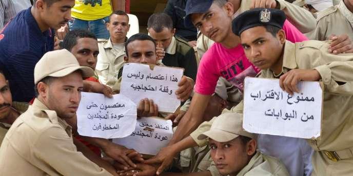 Des policiers égyptiens manifestent le 19 mai 2013 pour la libération de leurs collègues, kidnappés dans le Sinaï.