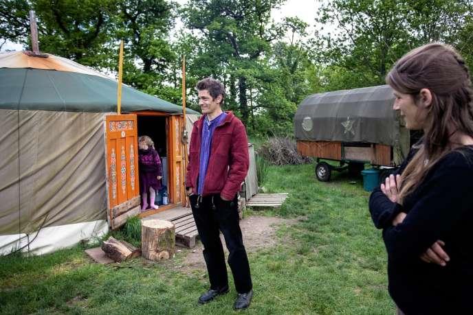 Alex Bovet et Sara Chaumet devant leur yourte.
