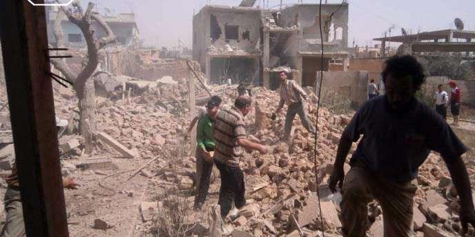 Des Syriens dans les ruines de Qoussair samedi 18 mai (images amateur).