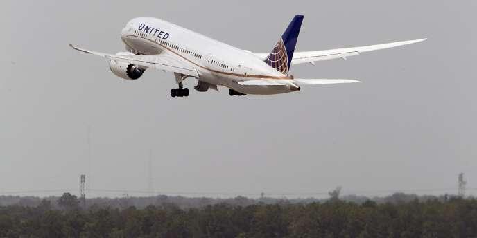 Premier vol depuis plus de trois mois aux Etats-Unis du Boeing 787 sur un vol Houston – Chicago de la compagnie United Airlines.