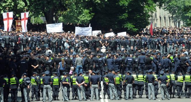 Des policiers géorgiens encerclent des manifestants hostiles aux homosexuels, le 17 mai à Tbilissi.