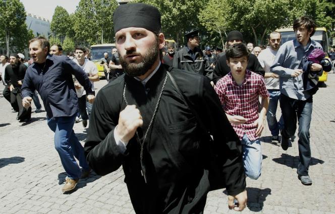 Des chrétiens orthodoxes après des affrontements avec des militants gays, le 17 mai à Tbilissi.