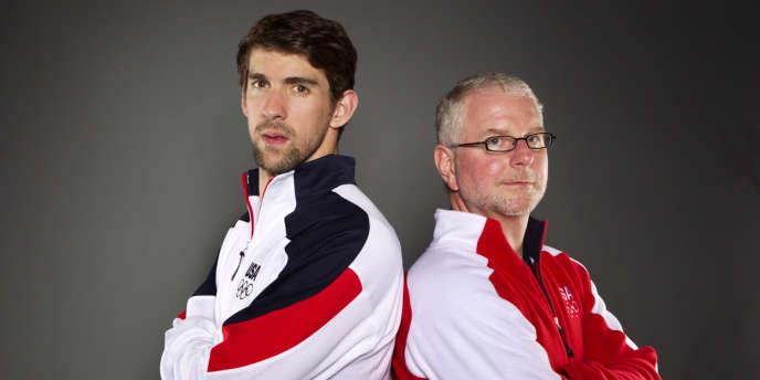 Bob Bowman est le petit monsieur à droite. L'autre, c'est Michael Phelps.