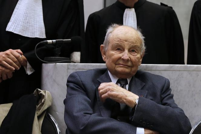 Jacques Servier et ses avocats au tribunal de Nanterre, mardi 21 mai.