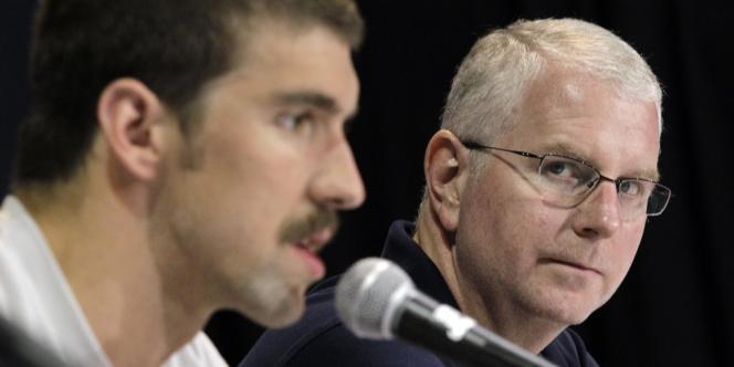 Bob Bowman, ici aux côtés de Michael Phelps, le 23 juin 2012.