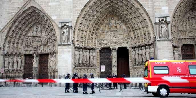 Arrivée du SAMU devant la cathédrale Notre-Dame, où un essayiste, Dominique Venner, s'est suicidé, mardi 21 mai.