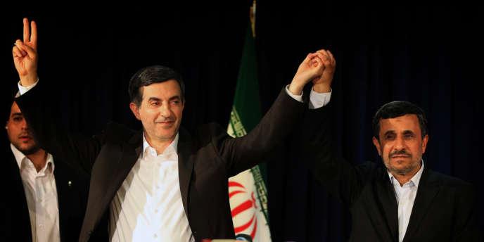 Mahmoud Ahmadinejad, à droite, va plaider la cause d'Esfandiar Rahim Mashaie, à gauche, auprès de l'ayatollah Khamenei.