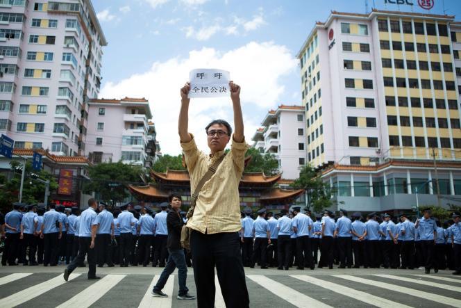 Manifestation à Kunming (capitale du Yunnan), en mai, contre un projet pétrochimique.