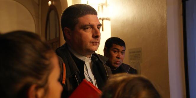 Le père Matthieu Thouvenot a accueilli à plusieurs reprises dans son église des Roms expulsés de leur campement.
