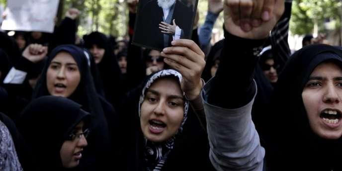 Une manifestante brandit un portrait du guide suprême, Ali Khamenei, à Téhéran le 6 mai.