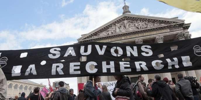 Plusieurs centaines d'enseignants et de chercheurs ont défilé, mercredi 22 mai à Paris, pour réclamer le retrait du projet de loi Fioraso de réforme de l'université, réclamant des