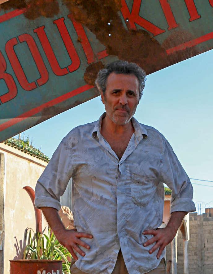 Jacky (Gilbert Melki) va être obligé de donner quelques coups de main à ses libérateurs, les services secrets français et américains.