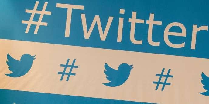 En 2006, Jack Dorsey pose les fondements du réseau social de microblogging Twitter, qui est de «permettre aux utilisateurs de partager facilement leurs petits moments de vie avec leurs amis» en un maximum de 140caractères.
