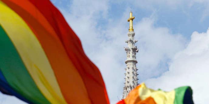 Un drapeau arc-en-ciel, symbole du mouvement LGBT, flotte sur la place centrale de Zagreb, en Croatie, lors de la gay pride de juin 2011.