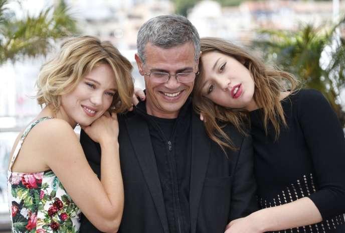 Le réalisateur Abdellatif Kechiche entouré des deux actrices de son film