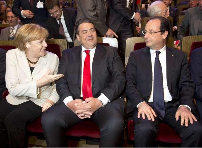 Le président du SPD Sigmar Gabriel, entre Angela Merkel et François Hollande, le 23 mai à Leipzig.