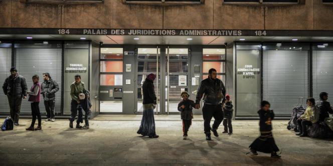 A Lyon, des Roms expulsés attendent une éventuelle solution de relogement, le 3 avril 2013.