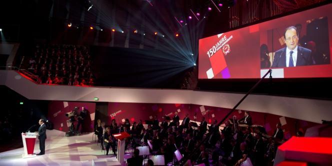 Le président socialiste a été acclamé à son arrivée dans la vaste salle de concert, noyée sous la lumière rouge des spots – la couleur du SPD.