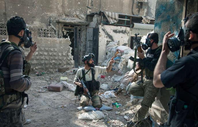 A Jobar, les attaques au gaz ont commencé ponctuellement courant avril. Une poignée de masques à gaz a été distribuée parmi les combattants rebelles, destinés en priorité à ceux qui tiennent des positions fixes sur le front. Le 13 avril, les hommes de la brigade Tahrir Al-Sham (libération de la Syrie) ont été attaqués par cet ennemi invisible. Au centre, Abou Ahmad Dahla, commandant d'un des bataillons de la brigade.