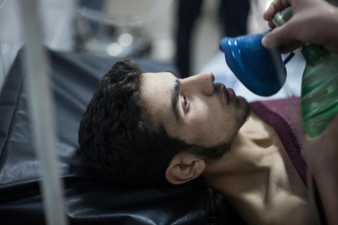 Un combattant de l'ASL reçoit des soins après avoir respiré des gaz toxiques des forces gouvernementales syriennes, dans la quartier de Jobar, à Damas, en avril 2013.