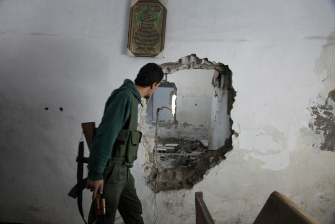 Fighters of the Tahrir al-Sham brigade in Jobar move toward the front line through holes and tunnels between houses situated just across from the strategic Abbasid square.