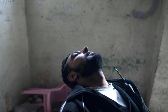 Un combattant de la brigade Tahrir Al-Sham est traité après avoir été touché par des gaz chimiques, le 16 avril 2013.