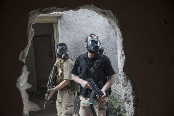 Des rebelles syriens, le 13 avril, dans le quartier de Jobar, à Damas.