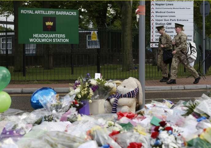 Des militaires britanniques à proximité des lieux où a été tué  Lee Rigby, un militaire britannique, à Londres, le 22 mai 2013.