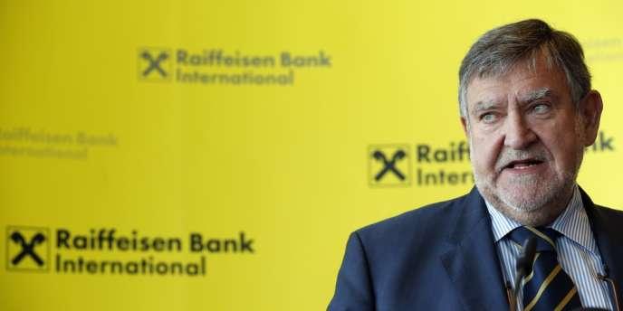 Le directeur général du groupe autrichien Raiffeisen Bank International (RBI), Herbert Stepic, a proposé sa démission au conseil d'administration après l'annonce de l'ouverture d'une enquête officielle sur ses placements personnels dans des paradis fiscaux.