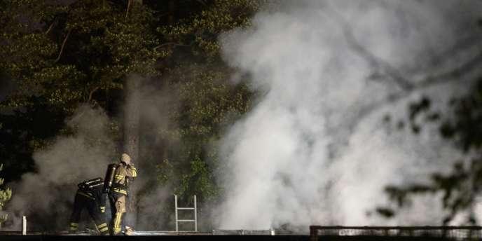 Une douzaine de véhicules ont été la proie des flammes dans la nuit de jeudi à vendredi, tandis que des départs d'incendies, rapidement maîtrisés, se sont déclarés dans trois écoles et un commissariat de police.