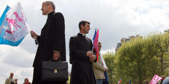 Des prêtres manifestent contre le mariage homo.