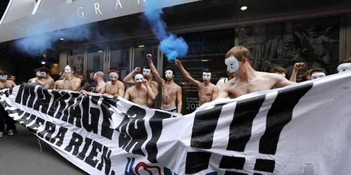 Manifestation des Hommen devant le Grand Orient de France, le 18 mai à Paris.