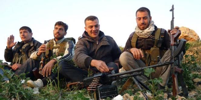 Des combattants rebelles syriens se préparent à monter au front, lundi 20 mai à Qoussair.