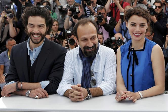 Le réalisateur iranien Asghar Farhadi (au centre) avec les acteurs de son film