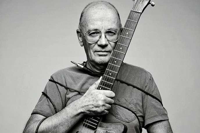 En 2011, avec une de ses nombreuses  guitares électriques vintage Fender.