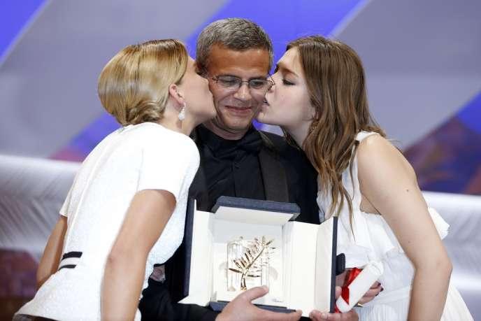 Le réalisateur franco-tunisien Abdellatif Kechiche, entouré de ses deux actrices Léa Seydoux et Adèle Exarchopoulos, lors de la cérémonie de clôture du 66e Festival de Cannes, le 26 mai.
