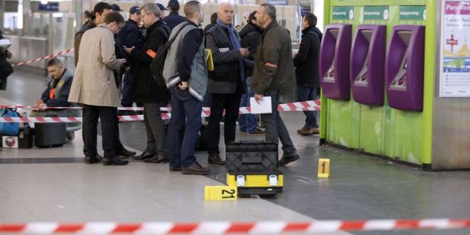De sources policières, l'agression se serait produite à 17 h 54 dans la salle d'échange du RER, où se trouvent beaucoup de caméras de vidéosurveillance, dont les images pourront être exploitées.